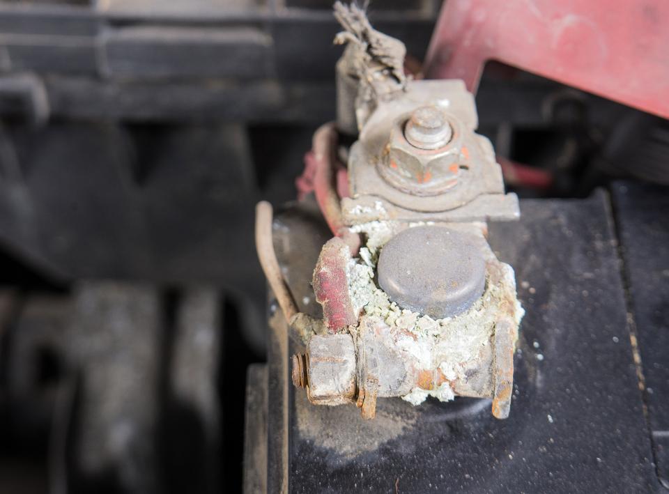 La pulizia dei terminali della batteria dell'auto non è così difficile come potrebbe sembrare